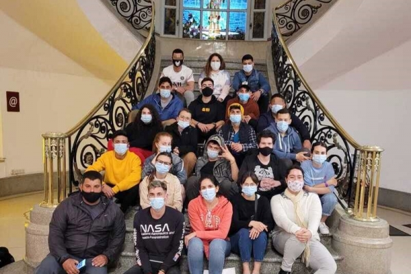 jovenes-en-la-escalera-del-hotelFBAF7062-ADDA-0CF8-82C4-E858E001A6A7.jpg
