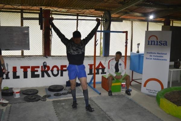 jovenes-practicando-en-el-gimnasio792E193E-7D47-7228-6282-86C5552C1082.jpg