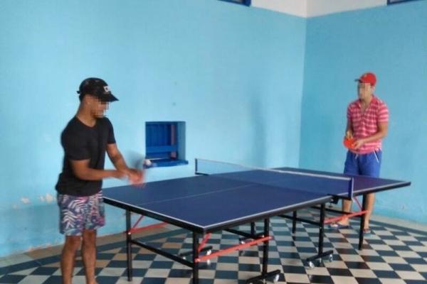 jovenes-del-centro-jugando-al-ping-pong2F6E67E1-0550-82E4-EE3C-782AFF44A848.jpg