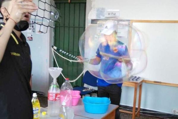 jovenes-haciendo-burbujas01FF0A2F-C0B6-78FC-79F9-D4ADB6E53179.jpg