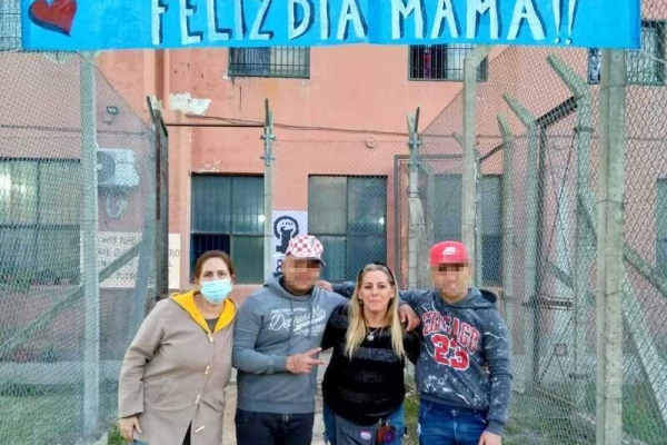 jovenes-mostrando-el-cartel-del-dia-de-la-madre721A7AF7-A7C1-9D52-B447-832064CBEFD7.jpg