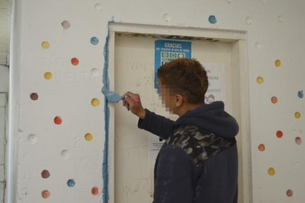 joven-pintando-puertaF267BE62-09C7-D91C-9751-02876A68CE4F.jpg