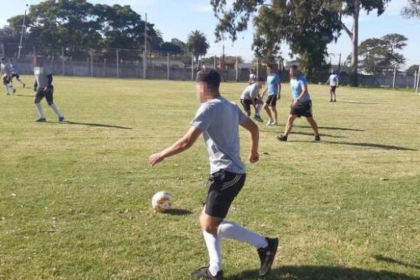 jugando-al-futbol87DFBED9-6CF7-8FA5-3FD2-C6E3E331113E.jpg