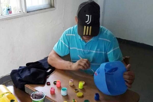 joven-pintando-botellaBD9E1B74-0A02-5B9E-4932-D12D7806C8EB.jpg